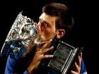 Djokovic besa su trofeo en Melbourne.