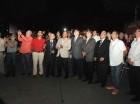 Juan Marichal, al centro, oprime el botón del interruptor que iluminó el nombre del Estadio Quisqueya. Observan ejecutivos de la Lidom y equipos invernales.