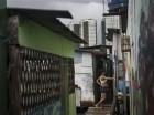 Tainara Lourenco, con cinco meses de embarazo, frente a su humilde casa en un barrio pobre en Recife, Brasil. Para los ricos y pobres en Brasil, lidiar con el virus del zika es un reto muy distinto.