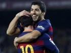 Luis Suárez (derecha) del FC Barcelona es felicitado por su compañero Lionel Messi tras anotar un gol.