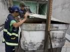 Un soldado y una trabajadora de la secretaría de salud revisan un contenedor de agua durante una campaña para combatir al mosquito portador del virus del zika en Sao Paulo el 28 de enero del 2016. La presidenta brasileña Dilma Rousseff pidió una reuni