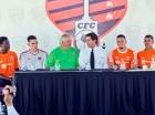 El ingeniero Manuel Estrella, al centro, con los nuevos jugadores de Cibao FC.