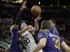 El jugador de los Spurs de San Antonio, Manu Ginóbili, segundo desde la izquierda, intenta un tiro ante los Pelicans de Nueva Orleáns el miércoles, 3 de febrero de 2016, en San Antonio.
