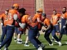 Jugadores de los Broncos en prácticas.