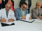 El titular del MAP, Ramón Ventura Camejo y el doctor Ángel Ambrosio Rosario, durante la firma del convenio.