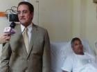 Iván Grullón junto a Danny Polanco en la habitación en que está ingresado.