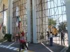 Empleados del Ayuntamiento del Distrito Nacional trabajan en el campo santo.