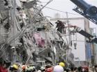 En esta foto distribuida por la agencia Xinhua, socorristas buscan sobrevivientes entre los escombros en Tainan, Taiwan.