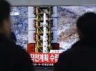Algunos observadores miran un informe noticioso en televisión sobre el lanzamiento de un cohete en Corea del Norte, en una estación de ferrocarril en Seúl, Corea del Sur, el 7 de febrero de 2016. (AP Foto/Ahn Young-joon)