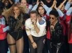 Beyoncé, el cantante de Coldplay Chris Martin y Bruno Mars cantan en el medio tiempo del Super Bowl en Santa Clara, California. El nuevo video de Coldplay generó un debate en India por mostrar, según los críticos, imágenes estereotípicas del país c