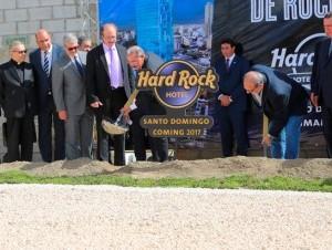 El presidente Danilo Medina dio el primer palazo para la construcción del hotel.