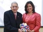 """Margarita Cedeño, entrega una de las copias de su libro """"Diálogo con Juan Pablo Duarte"""", a José Joaquín Pérez Saviñón, presidente del Instituto Duartiano."""