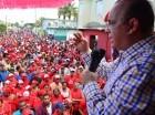 Quique Antún habla en un acto masivo en Bayaguana.