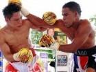 El dominicano Gregorio Lebrón y el tailandés Stamp Kiatniwat  en un intercambio de golpes en la pelea que celebraron este martes en Tailandia.