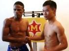 El tailandés Stamp Kiatniwat saluda al dominicano Greforio Lebrón, a quien este martes enfrentará por el campeonato del peso mosca avalado por la Asociación Mundial de Boxeo (AMB). (Foto cortesía de Notifight.com).