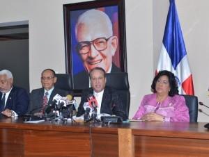 Reinaldo Pared Pérez anuncia los detalles de la reunión de anoche.
