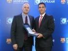 Francisco Ramírez (derecha), vicepresidente del Área de Mercadeo del Banco Popular, recibe un presente de Carles Folguera.