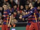 Jugadores del Barcelona ayer tras el empate ante Valencia.