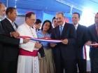 El presidente Danilo Medina corta la cinta para dejar inaugurada una escuela en La Malena, Higüey.