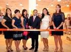Al centro, Eric González corta la cinta junto a Denise Bernard y Ashlee Gustin y demás gerentes de la tienda.