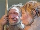 Esta foto del 20 de marzo del 2009 muestra reconstrucciones de un hombre y una mujer de Neandertal en el Museo de Mattmann, en Alemania.