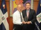 El Procuraduría General de la República, Francisco Domínguez Brito entrega reconocimiento al titular del FBI en República Dominicana, Alan Santiago.