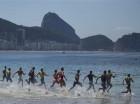 Triatletas entran al agua al comienzo de una competencia en Río de Janeiro, Brasil (archivo).