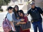 Un grupo de alumnos sale de una escuela en Glendale, Arizona, el viernes 12 de febrero del 2016 tras un ataque a tiros en que dos alumnas murieron.
