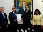 Mariano Rodríguez Rijo, recibió el certificado de manos de Armando García. Observan, Mabel Féliz Báez y José Manuel Hernández.