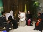 El papa Francisco, centro, y el patriarca de la Iglesia ortodoxa rusa Kirill, segundo de la izquierda, se reúnen en el Aeropuerto Internacional José Martí de La Habana el viernes 12 de febrero de 2016.