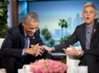 """El presidente Barack Obama se ríe con Ellen DeGeneres durante una pausa comercial mientras graban un segmento de """"Ellen DeGeneres Show"""" en Burbank, California, el jueves 11 de febrero de 2016."""