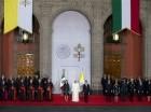El papa Francisco, al centro, permanece de pie entre el presidente mexicano Enrique Peña Nieto, al centro a la derecha, y su esposa Angélica Rivera durante una ceremonia de bienvenida en el Palacio Nacional de la Ciudad de México.