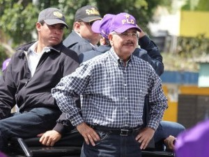 Danilo Medina durante una marcha-caravana por el Cibao.
