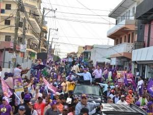 El presidente Danilo Medina recorre en caravana sectores de Santo Domingo Este.
