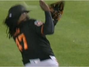 El pitcher dominicano Johnny Cueto fue golpeado en la cabeza por la pelota que bateó el jardinero de Oakland, Billy Burns.