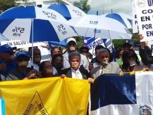 Médicos protestan frente al Palacio Nacional.
