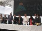 El presidente Medina realiza el corte de la cinta en compañía de empresarios.
