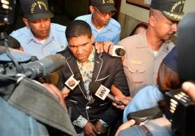 Antonio Peter de la Rosa, Omega, mientras sale esposado tras dictarse en su contra tres meses de prisión preventiva como medida de coerción acusado de violencia de género.