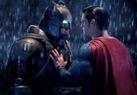 En esta imagen difundida por Warner Bros. Pictures, Ben Affleck, a la izquierda, y Henry Cavill en una escena de Batman v Superman: Dawn of Justice.