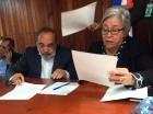 Francisco Pagán y Altagracia Guzmán Marcelino firman el acuerdo.