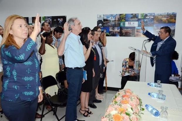 Interior y polic a juramenta a 59 extranjeros como for Ministerio interior y policia