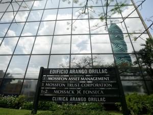 Una placa señala la oficina en el edificio Arango de la firma de abogados Mossack-Fonseca en la Ciudad de Panamá.