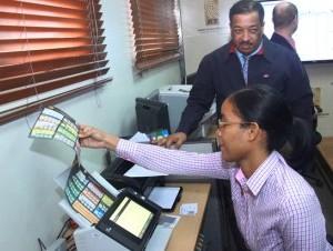 Cinco boletas del nivel presidencial fueron escaneadas en un tiempo de 15 segundos por una unidad de escrutinio, en la sede de la JCE.