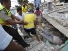 Rescatistas voluntarios rescatan un cuerpo de una vivienda destruida tras padecer un fuerte terremoto en Pedernales, Ecuador. (AP Foto/Dolores Ochoa)