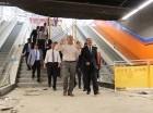 El subdirector del Metro de Santo Domingo, Leonel Carrasco, explica detalles de la construcción del Teleférico y de la Línea 2B del Metro de Santo Domingo al presidente Danilo Medina.