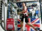 El astronauta británico Tim Peake corre la Maratón de Londres sujetado a una caminadora eléctrica para contrarrestar la falta de gravedad en la Estación Espacial Internacional el domingo 24 de abril de 2016.