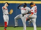 Brock Holt (I), Jackie Bradley, (C), y Mookie Betts celebran ayer la victoria de Boston.