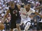 El jugador de los Clippers, Chris Paul, izquierda, driblea el balón en un partido contra los Trail Blazers el lunes, 25 de abril de 2016, en Portland, Oregon.