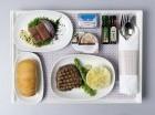 La comida se sirve en nuevos utensilios reciclables.