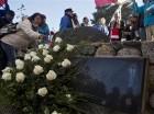 Una mujer coloca una flor sobre la tumba de Pablo Neruda después de que sus restos fueron colocados nuevamente en su casa (ahora museo) en Isla Negra, Chile.